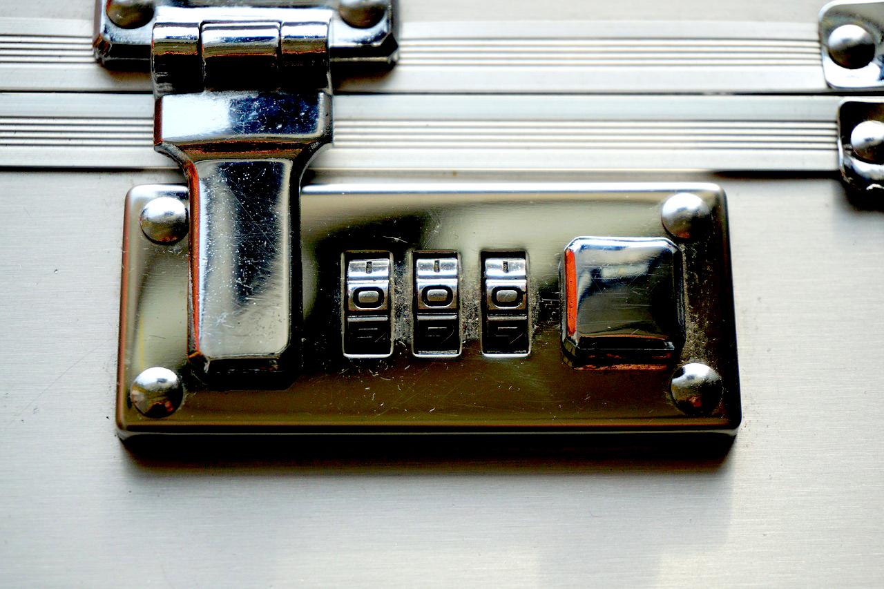 Ein Zahlenschloss kann Ihren Koffer schützen. ©pixabay.com/webandi/Andreas Lischka